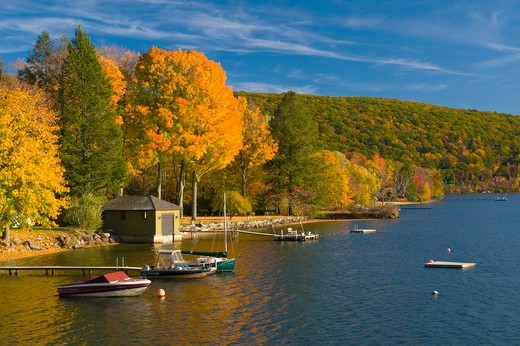 USA, Connecticut, Lake Waramaug, Lake Waramaug in autumn : Stock Photo