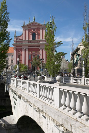 Stock Photo: 1885-8459 SLOVENIA, , LJUBLJANA, BRIDGE OVER RIVER & CHURCH OF ANNUNCIATION