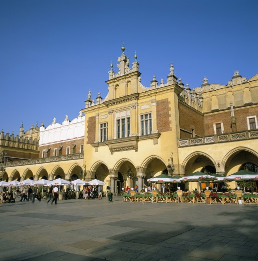 Stock Photo: 1885-8485 POLAND, , KRAKOW, CLOTH HALL & STREET CAFES IN MAIN SQUARE