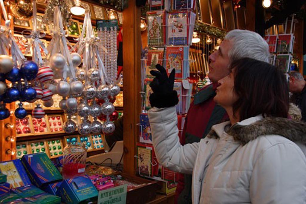 Stock Photo: 1885-9960 Germany, Hesse, Frankfurt, Altstadt Christmas Market - couple shopping