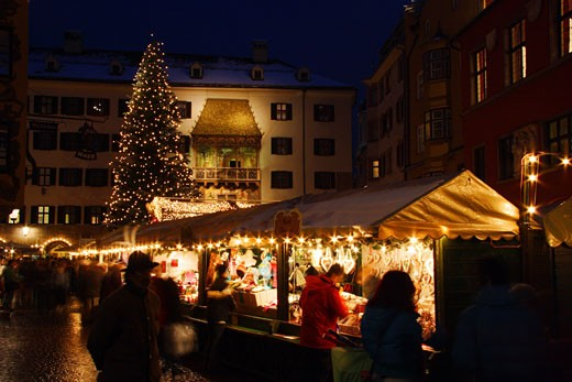 Stock Photo: 1885-9972 Austria, Tyrol, Innsbruck, Christmas tree and market stalls in the Old Town