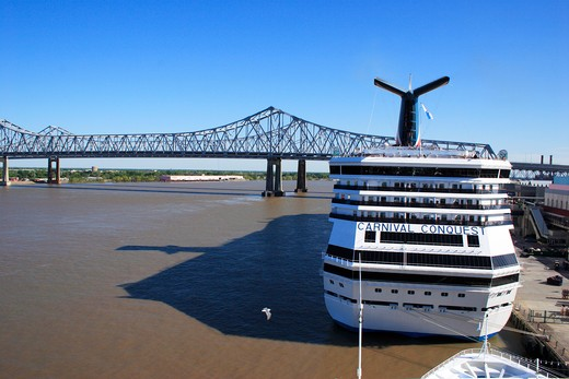 Cruise ship near the crescent city connection bridge over the Mississippi river ; formerly the greater New Orleans bridge ; Twin cantilever bridges ; 5th longest cantilever bridges in the world ; New Orleans ; Louisiana ; U.S.A. United States of America : Stock Photo