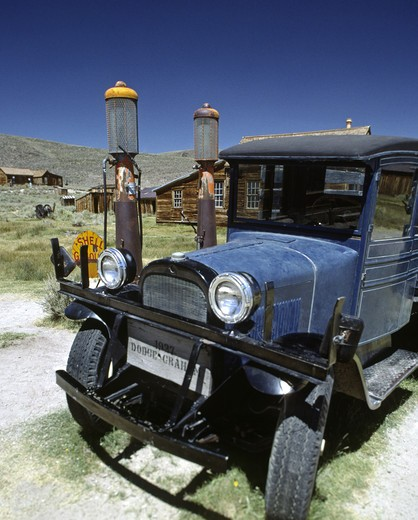 39 DODGE & GAS PUMP at BODIE STATE historic PARK, the Nations best preserved GOLD MINING TOWN : Stock Photo