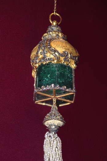 Giant emerald pendant from the Ottoman Empire Treasury - Topkapi Palace Museum - Istanbul, Turkey : Stock Photo