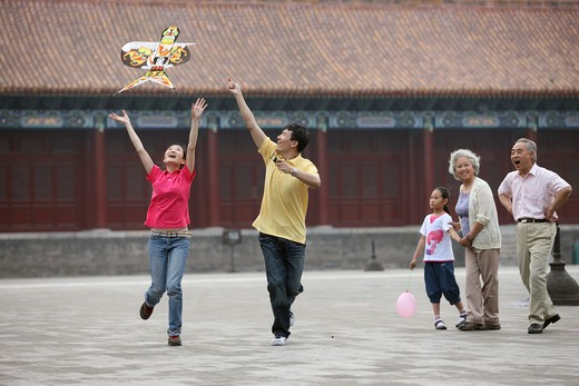 Stock Photo: 1886-61972 chinese families flying kites in the forbidden city,beijing,china