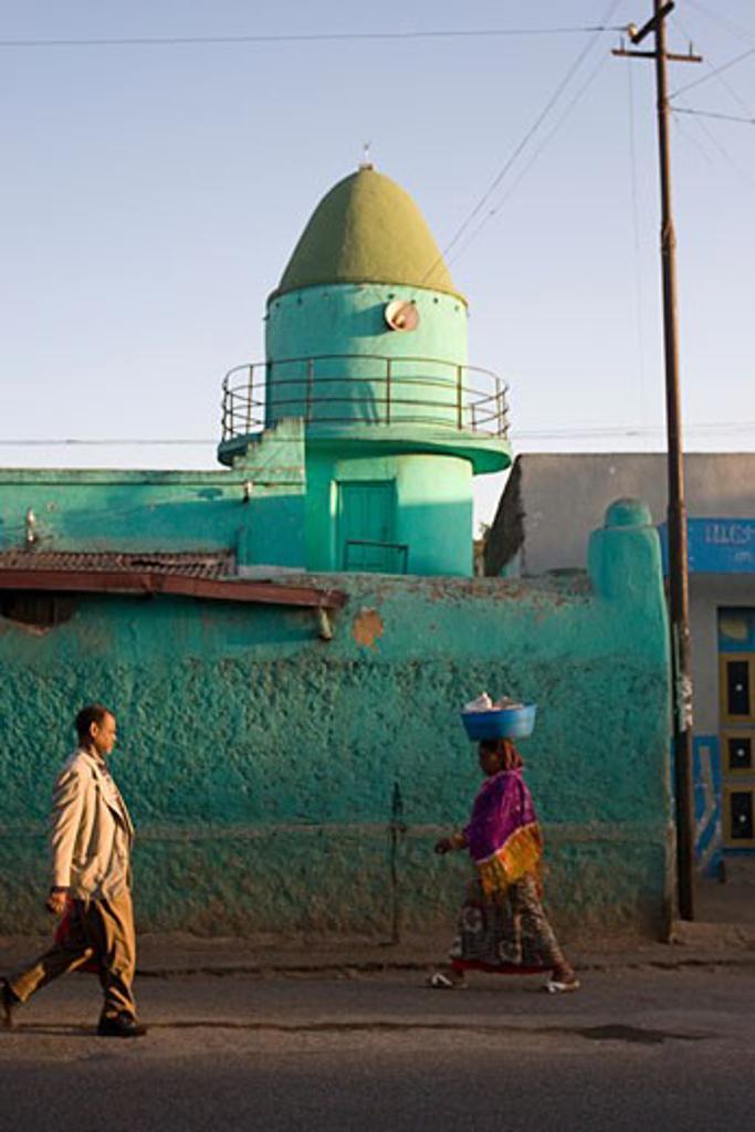 Harar, Ethiopia; Woman balancing bowl on head : Stock Photo