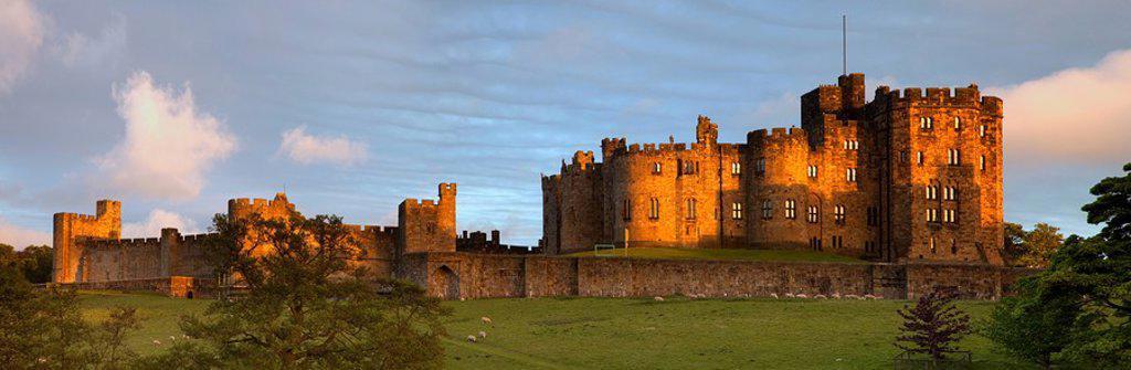 alnwick castle, alnwick, northumberland, england : Stock Photo