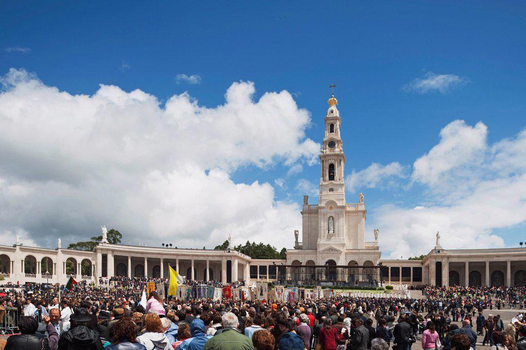 Stock Photo: 1889-62384 a crowd at the basilica of fatima, fatima, estremadura and ribatejo, portugal