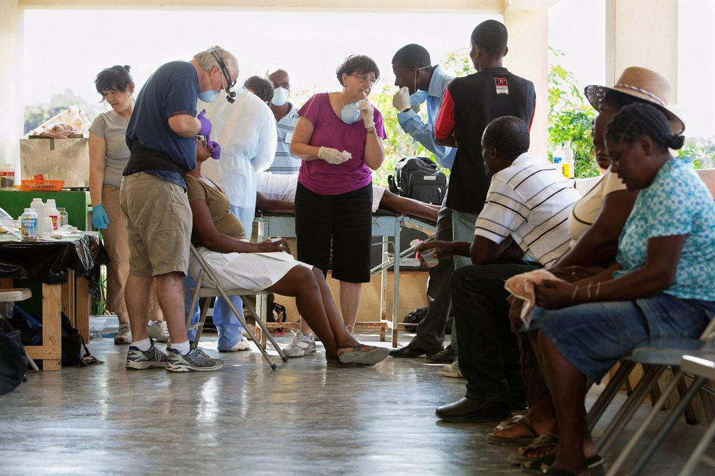 a dentist volunteers his dentistry to help haitian people who are living in poverty, grand saline, haiti : Stock Photo