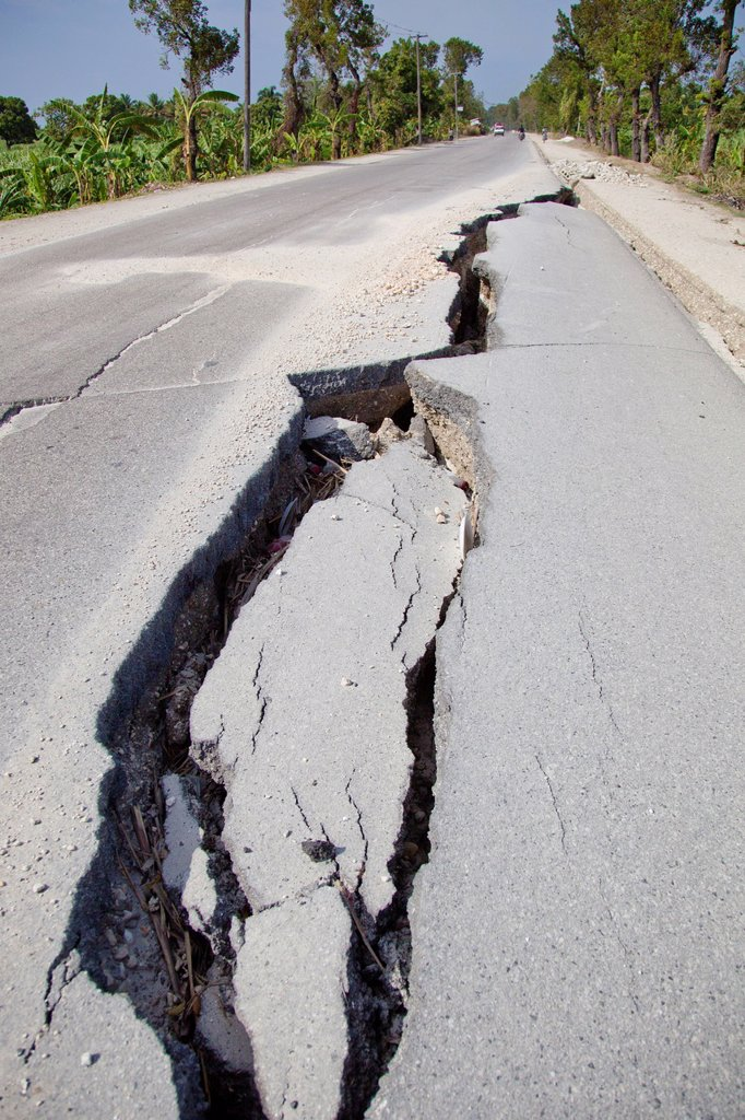 a large crack in the road after the haitian earthquake, port_au_prince, haiti : Stock Photo