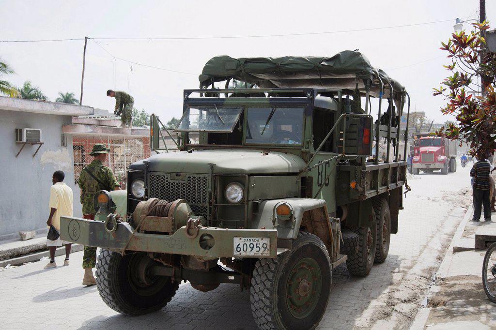military hard at work to rebuild haiti, port_au_prince, haiti : Stock Photo