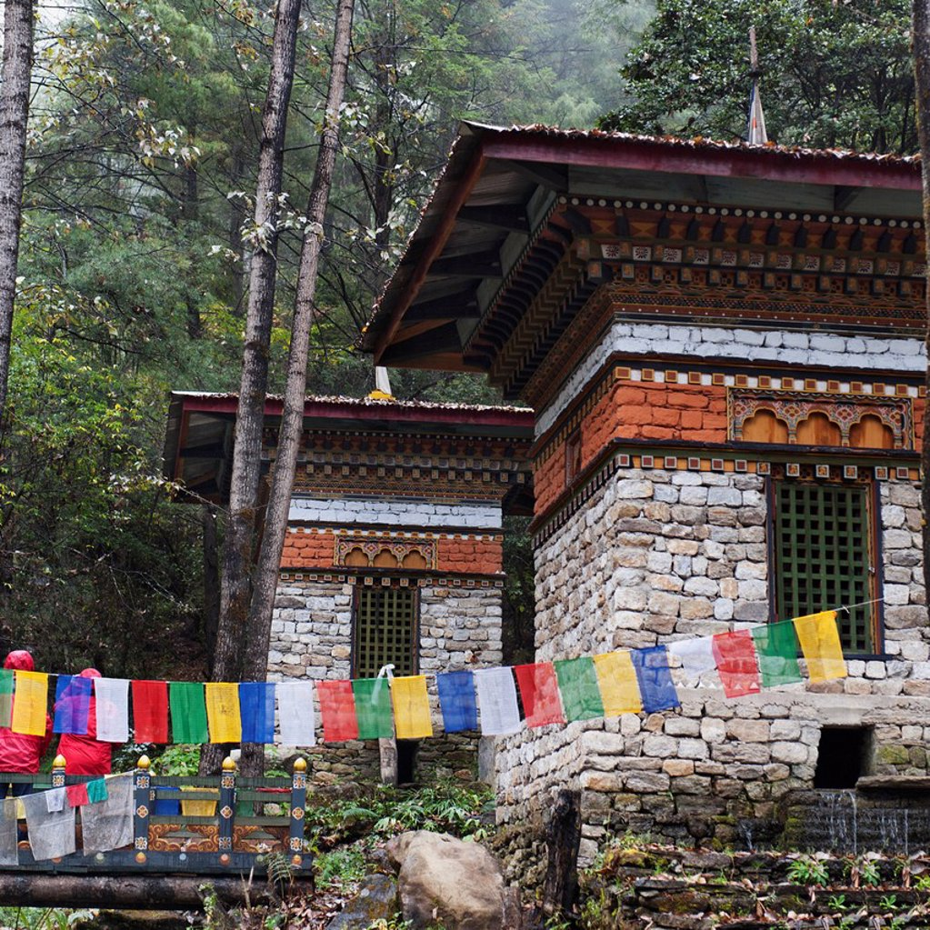 prayer flags hanging in front of tiger´s nest monastery, paro district bhutan : Stock Photo