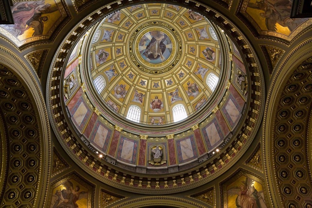 Interior view of the decorated ceiling dome at the saint stephen´s basilica, budapest hungary : Stock Photo