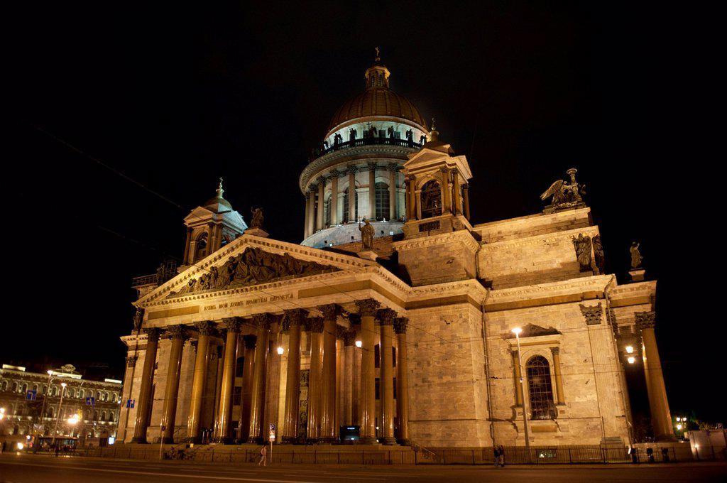 Saint isaac´s cathedral illuminated at night, st. petersburg russia : Stock Photo