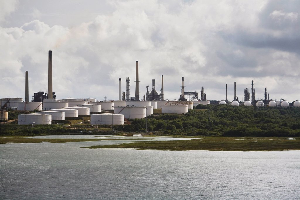 an oil refinery at the water´s edge, fawley, england : Stock Photo