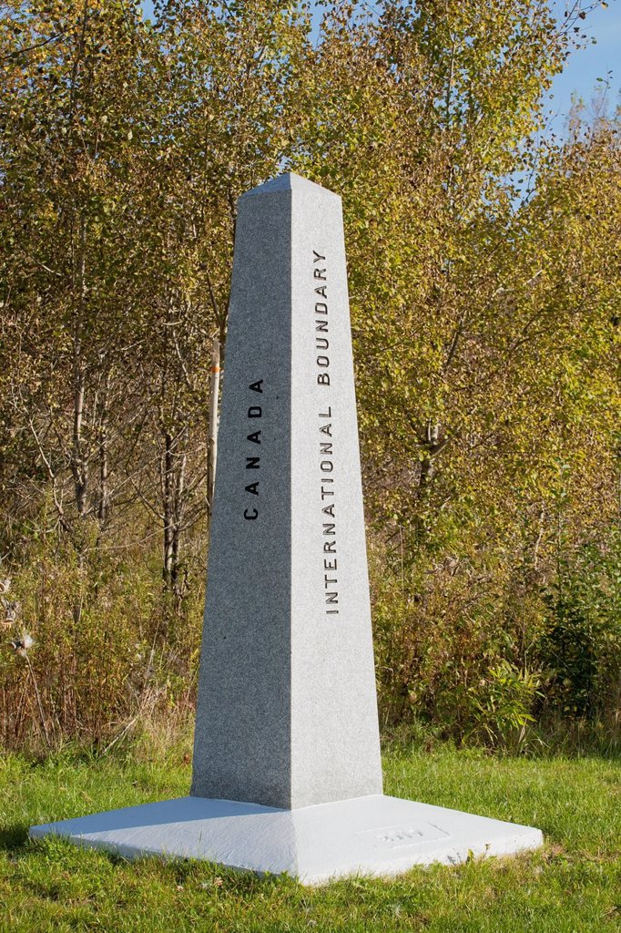 border crossing marker, abercorn quebec canada : Stock Photo