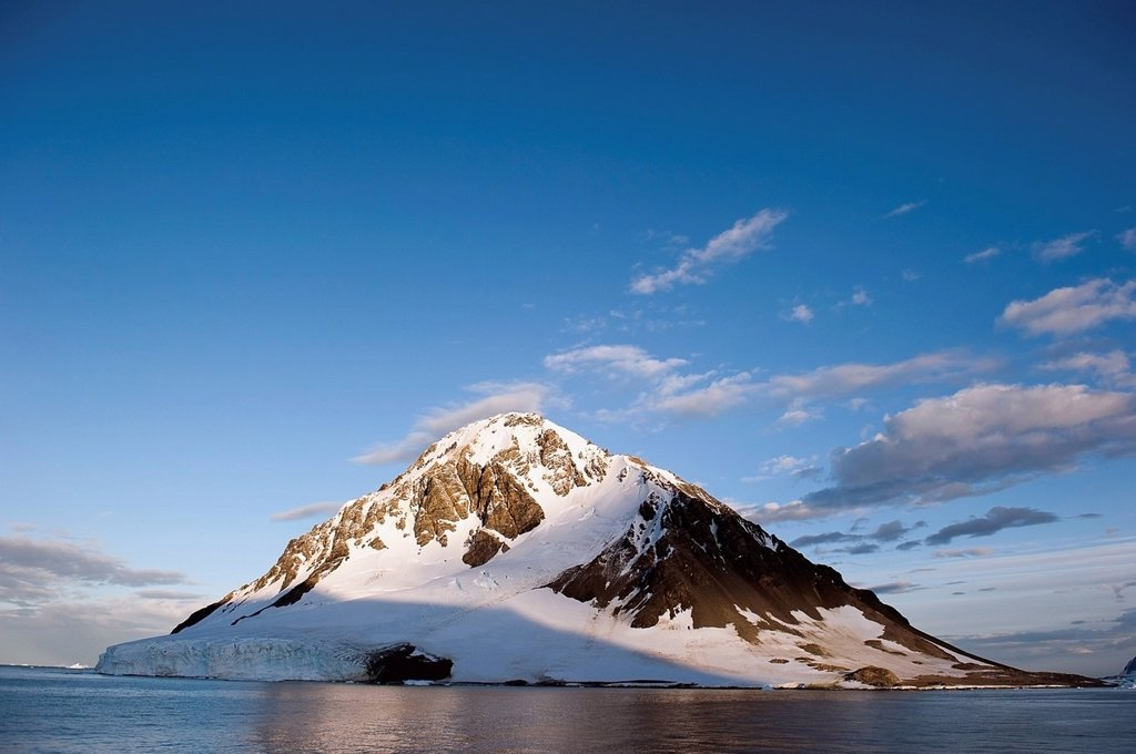 Snow covered mountain on the coast, antarctica : Stock Photo