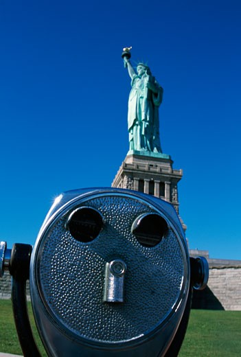Stock Photo: 1889R-25664 Sightseeing binocular and Statue of Liberty