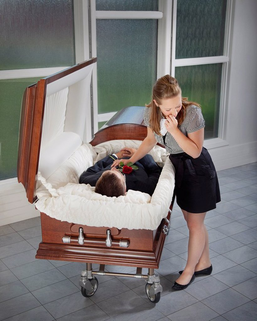woman grieving at husband´s coffin : Stock Photo