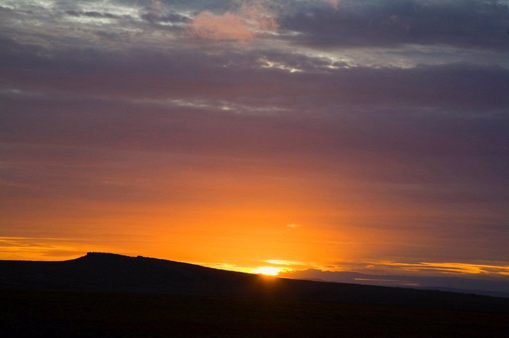 south yorkshire, england, a sun setting over the hills in peak district national park : Stock Photo