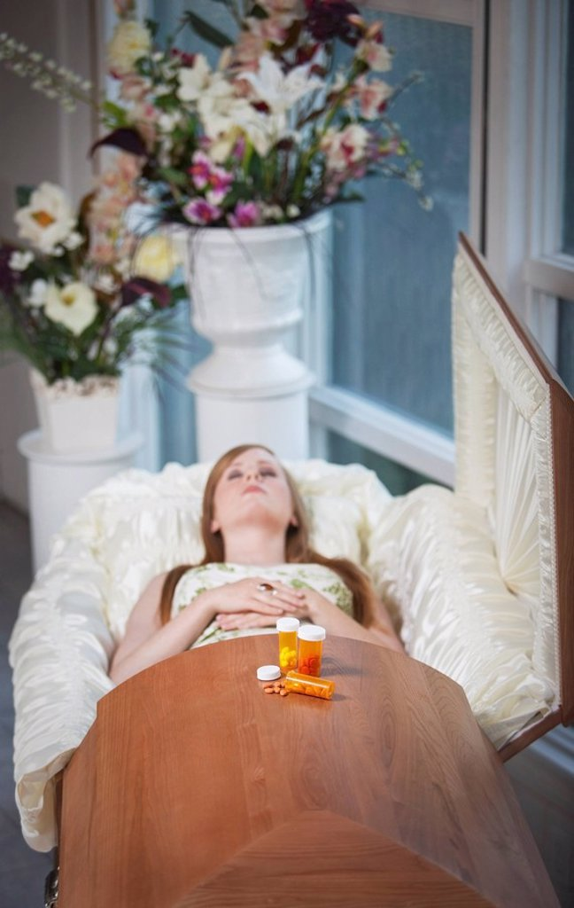 a deceased woman laying in a coffin : Stock Photo