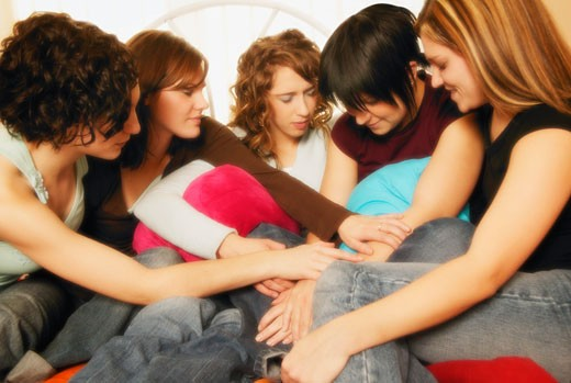 Teenagers pray together : Stock Photo