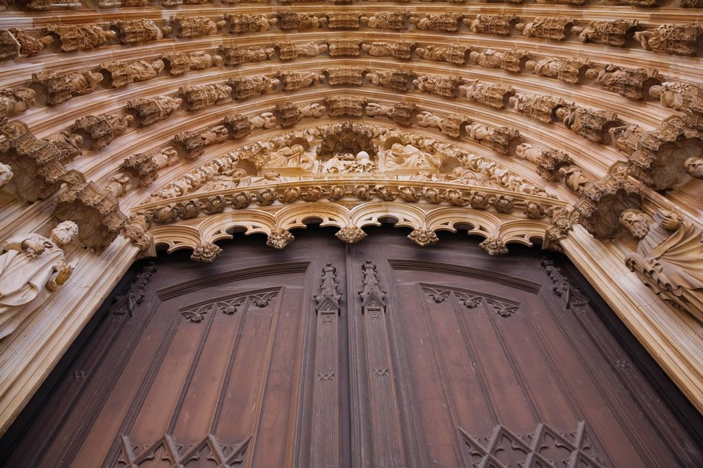 architectural details of the entrance door at the santa maria da vitoria monastery, batalha, portugal : Stock Photo