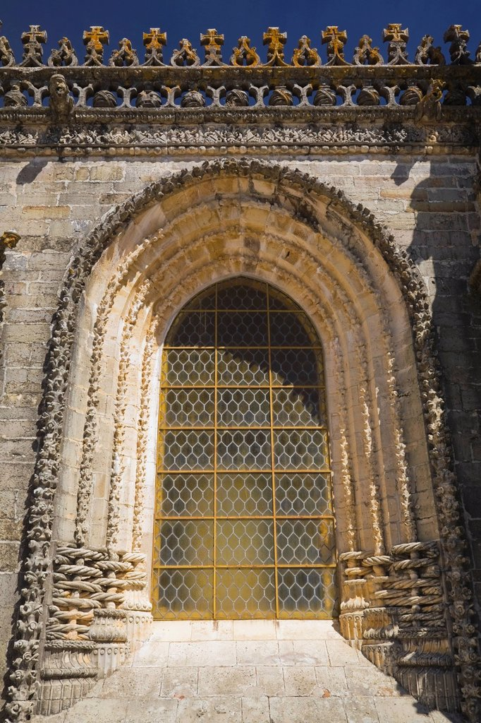 window and architectural details of the chapter house at the convent of christ, tomar, portugal : Stock Photo