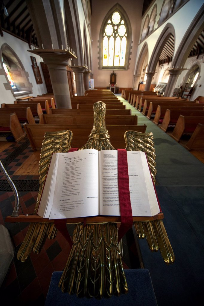 An open bible on a gold podium in st. andrew´s church, kelso scottish borders scotland : Stock Photo