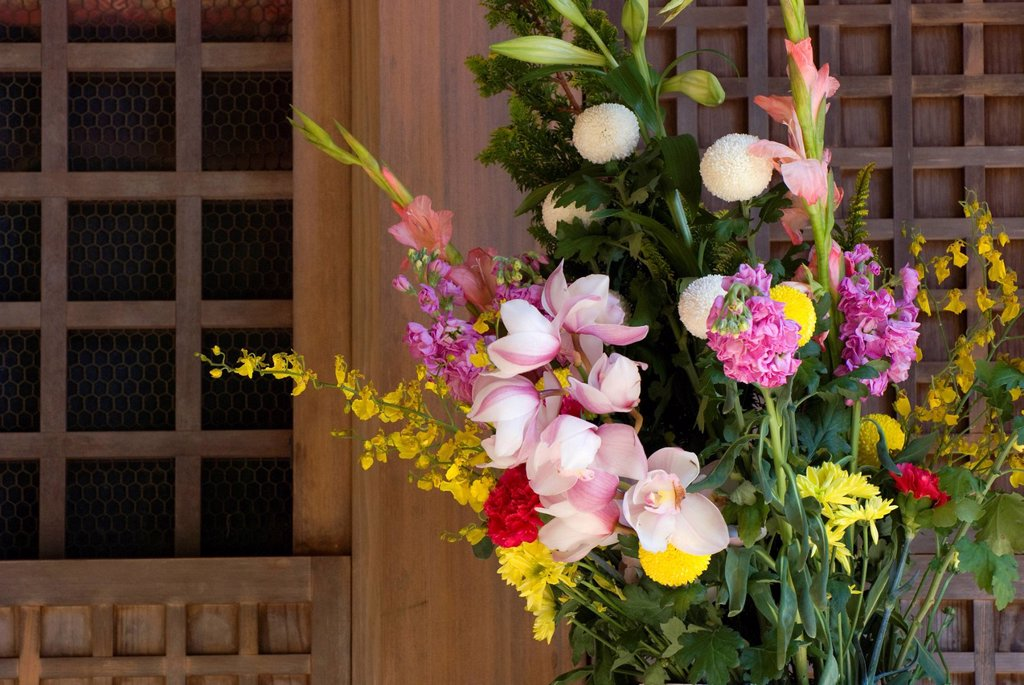 Stock Photo: 1889R-80227 Flower bouquet in front of a japanese temple, koyasan, wakayama, japan