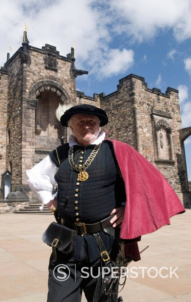 Castle steward in traditional dress, provides information to tourists, Edinburgh Castle, Edinburgh, Lothian, Scotland, United Kingdom, Europe : Stock Photo