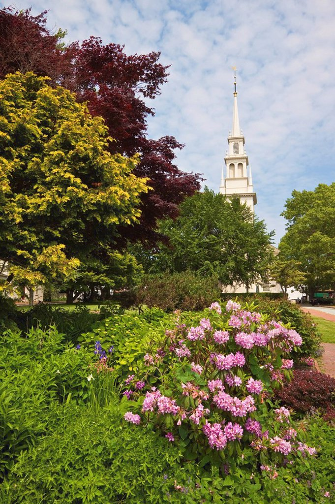 Stock Photo: 1890-105227 Queen Anne Square and Trinity Church dating from 1726, the oldest Episcopal parish in the state, designed by Richard Munday, inspired by Wren´s churches, in historic Newport, Rhode Island, New England, United States of America, North America