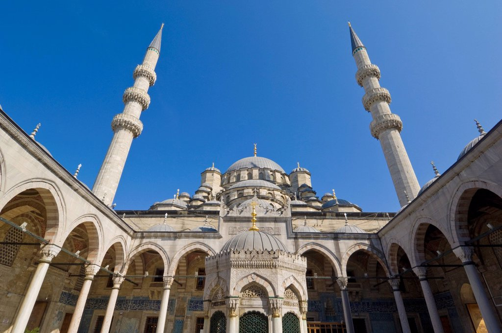 Inside view of the courtyard and Ablutions fountain of the Yeni Cami New Mosque, Eminonu, Istanbul, Turkey, Europe : Stock Photo