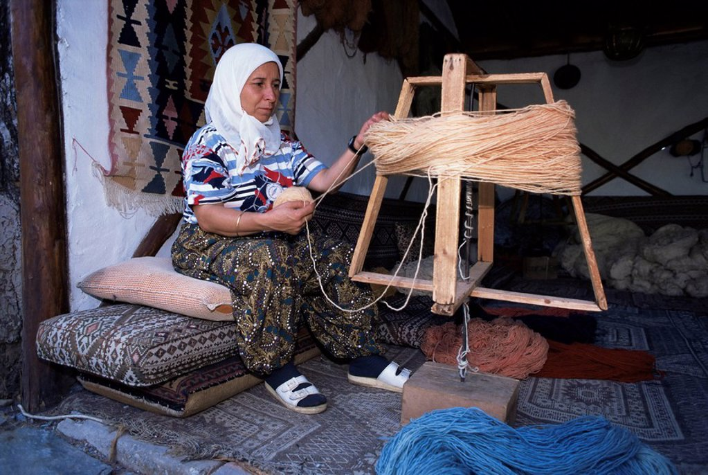 Woman gathering dyed wool in carpet workshop, Kusadasi, Anatolia, Turkey, Asia Minor, Eurasia : Stock Photo