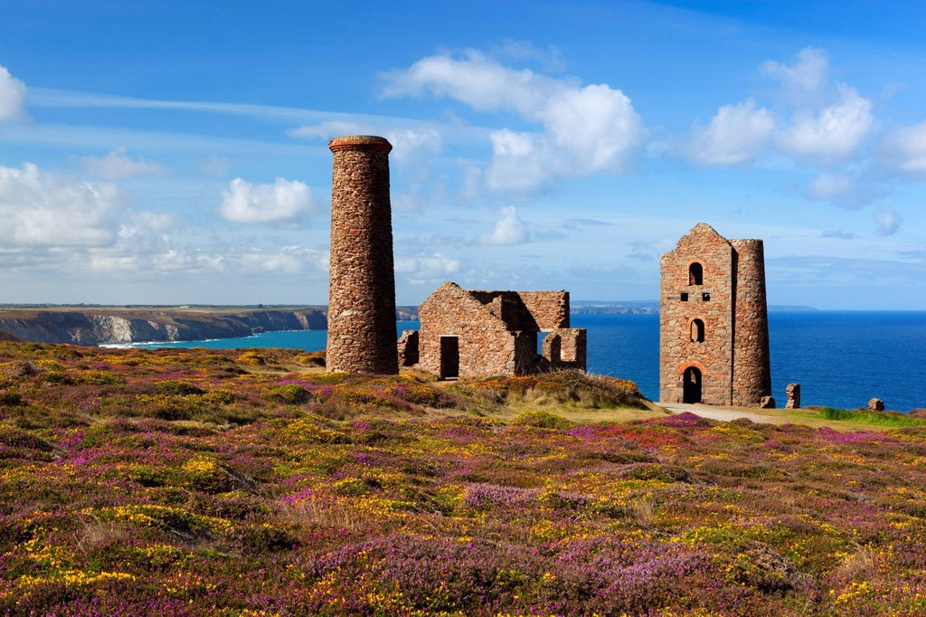 Ruins of Wheal Coates Tin Mine engine house, near St Agnes, Cornwall, England : Stock Photo