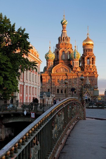 Church on Spilled Blood, UNESCO World Heritage Site, and bridge over the Kanal Griboedova, St. Petersburg, Russia, Europe : Stock Photo