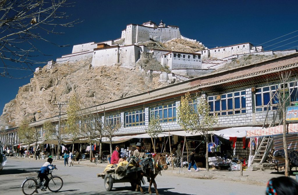 Dzong fort overlooking new town, Gyantse, Tibet, China, Asia : Stock Photo