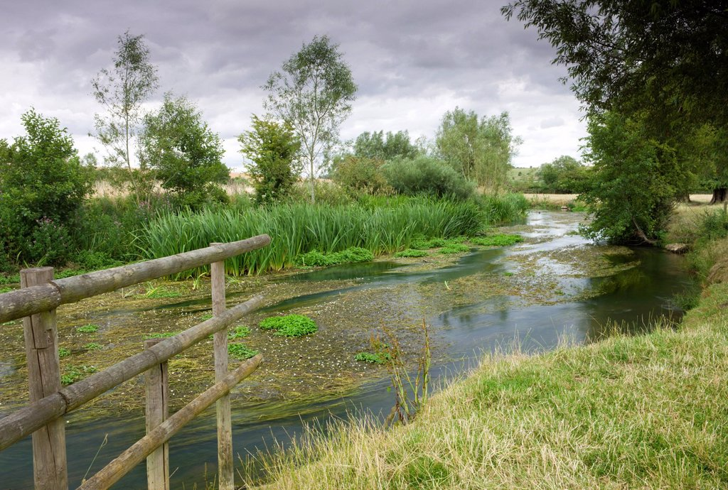 The River Windrush meandering through countryside near Burford in the Cotswolds, Oxfordshire, England, United Kingdom, Europe : Stock Photo