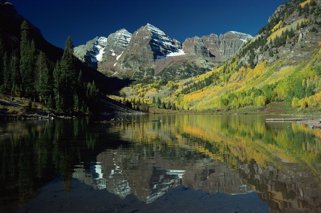 Maroon Bells reflected in lake, near Aspen, Colorado, United States of America, North America : Stock Photo