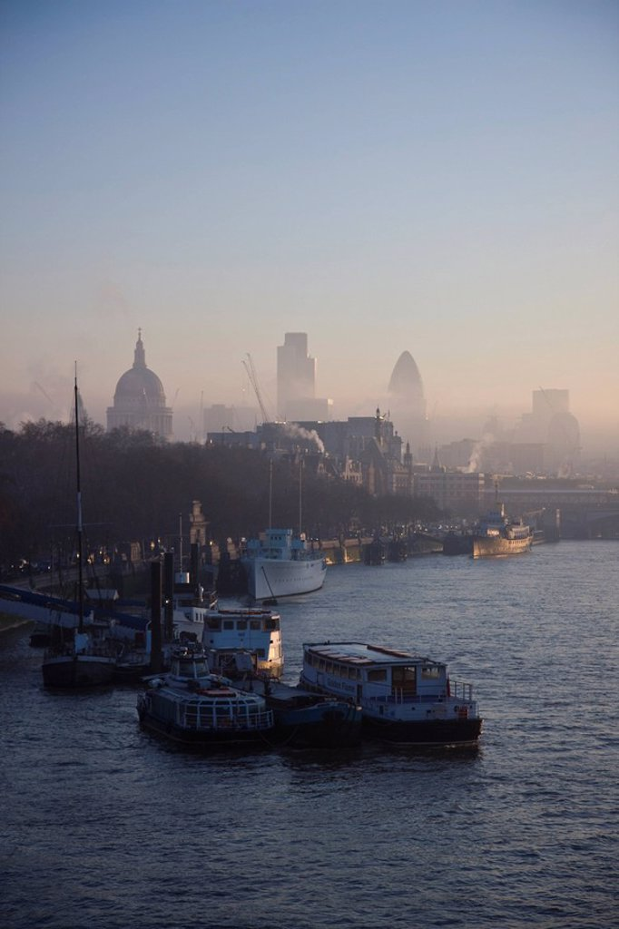 Early morning fog hangs over St. Paul´s and the City of London skyline, London, England, United Kingdom, Europe : Stock Photo