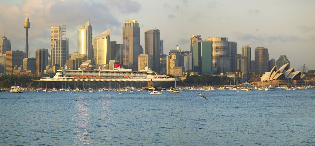 Queen Mary 2 on maiden voyage arriving in Sydney Harbour, New South Wales, Australia, Pacific : Stock Photo