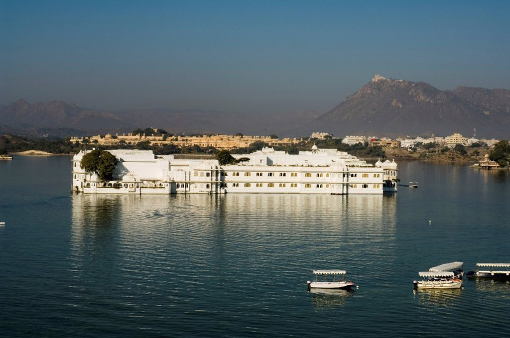 The Lake Palace hotel on Lake Pichola, Udaipur, Rajasthan state, India, Asia : Stock Photo