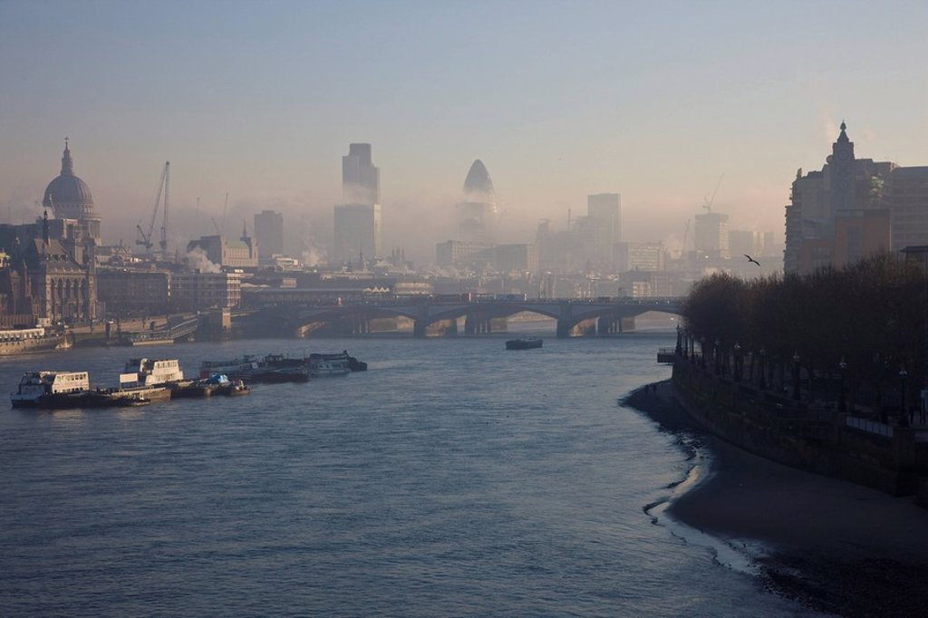 Stock Photo: 1890-68890 Early morning fog hangs over St. Paul´s Cathedral and the City of London, London, England, United Kingdom, Europe