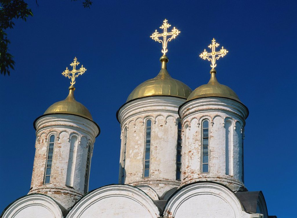 Close_up of golden domes and crosses on the Cathedral of the Transfiguration of Our Saviour, at Yaroslavi in the Golden Ring, Russia, Europe : Stock Photo