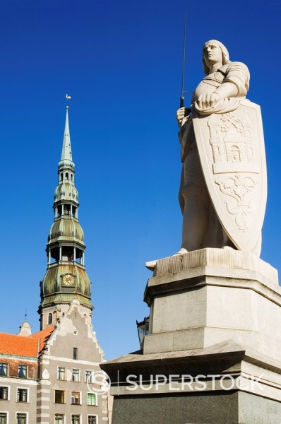 Statue of Roland and St Peter´s church in the old town square, Riga, Latvia, Baltic States, Europe : Stock Photo