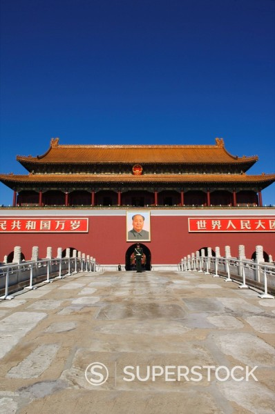 A guard stands infront of the Gate of Heavenly Peace at the Forbidden City Palace Museum, Beijing, China, Asia : Stock Photo
