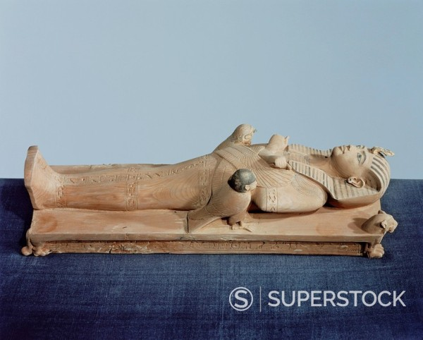 Image of the king´s mummy on its funeral bed flanked by the king´s two souls, dedicated by Maya, from the tomb of the pharoah Tutankhamun, discovered in the Valley of the Kings, Thebes, Egypt, North Africa, Africa : Stock Photo