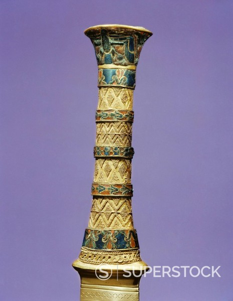 The hilt of one of the king´s daggers, from the tomb of the pharaoh Tutankhamun, discovered in the Valley of the Kings, Thebes, Egypt, North Africa, Africa : Stock Photo