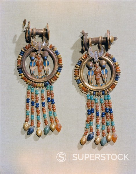 Earrings which show the king flanked by two sacred serpents in the centre of the clip, from the tomb of the pharaoh Tutankhamun, discoverd in the Valley of the Kings, Thebes, Egypt, North Africa, Africa : Stock Photo