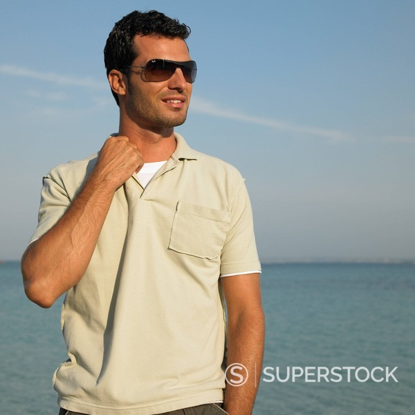 Man on beach wearing sunglasses : Stock Photo